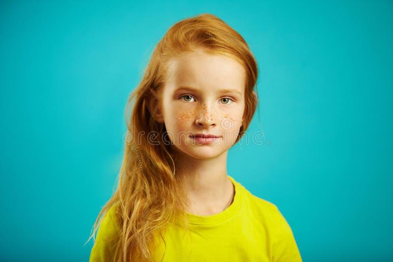 Het horizontale schot van leuk kinderenmeisje met oprechte blik van vriendelijkheid en eerlijkheid, heeft rood haar, mooie sproet royalty-vrije stock fotografie