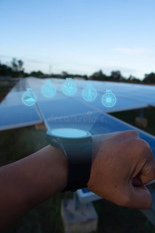 Het horloge van de toekomstige wereld kan de energiewaarde lezen en het weer lezen in dag tussen stock foto's