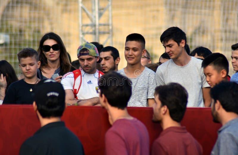 Het horlogespelen van voetbalventilators op het Rode Vierkant in Moskou royalty-vrije stock foto