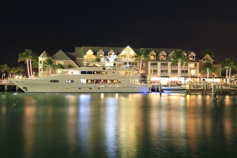 Het hotel en het jacht van Key West bij nacht, Florida wordt verlicht dat royalty-vrije stock foto