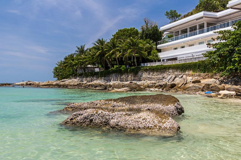 Het hotel op het Nai Harn-strand in Phuket-eiland stock foto's