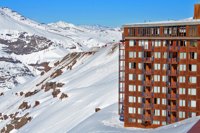 Hotel op sneeuwberghelling royalty-vrije stock foto