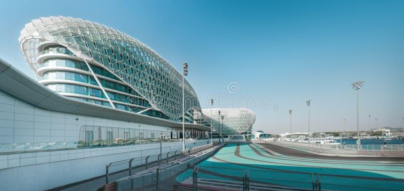Het Hotel van de Yasonderkoning wordt gebouwd over F1 Yas Marina Circuit stock foto