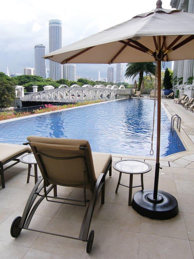 Het hotelpool van de luxe, stadsmening stock foto's
