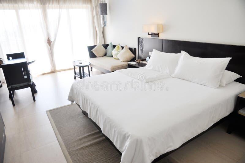 Het hotelruimte van de toevlucht met het bed van de koningsgrootte stock fotografie