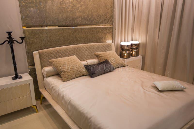Het hotelruimte van Santo Domingo Tweepersoonsbed en meubilair in bedruimte Het ontwerp van uitstekende binnenhuisarchitectuur stock fotografie