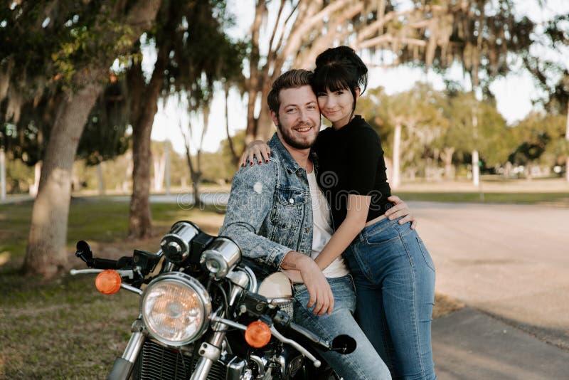 Het houden van van Aanbiddelijk Portret van twee Aantrekkelijke Knappe Jonge Volwassen Moderne Modieuze Mensen Guy Girl Couple Ki stock fotografie