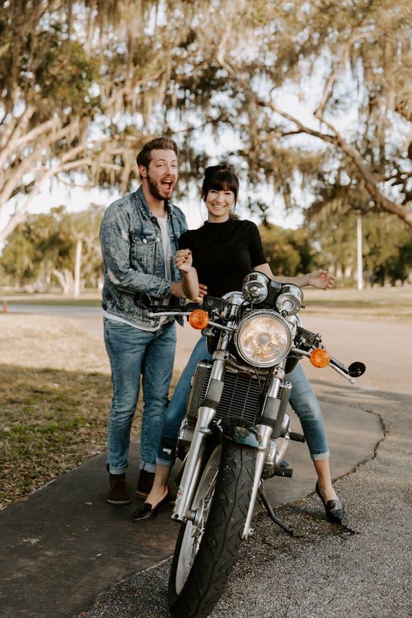 Het houden van van Aanbiddelijk Portret van twee Aantrekkelijke Knappe Jonge Volwassen Moderne Modieuze Mensen Guy Girl Couple Ki royalty-vrije stock foto's