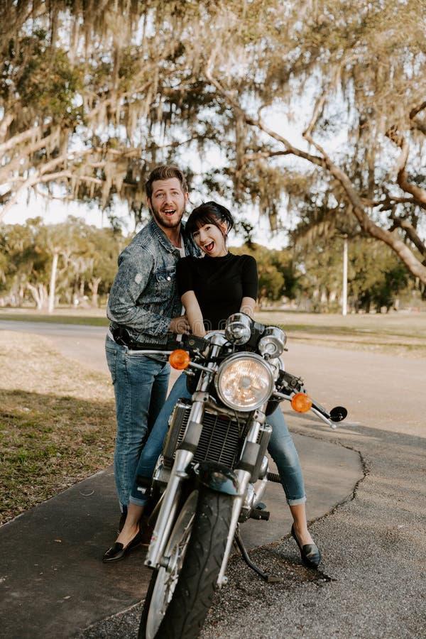 Het houden van van Aanbiddelijk Portret van twee Aantrekkelijke Knappe Jonge Volwassen Moderne Modieuze Mensen Guy Girl Couple Ki royalty-vrije stock afbeeldingen
