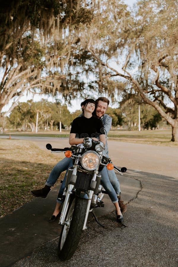 Het houden van van Aanbiddelijk Portret van twee Aantrekkelijke Knappe Jonge Volwassen Moderne Modieuze Mensen Guy Girl Couple Ki stock afbeelding