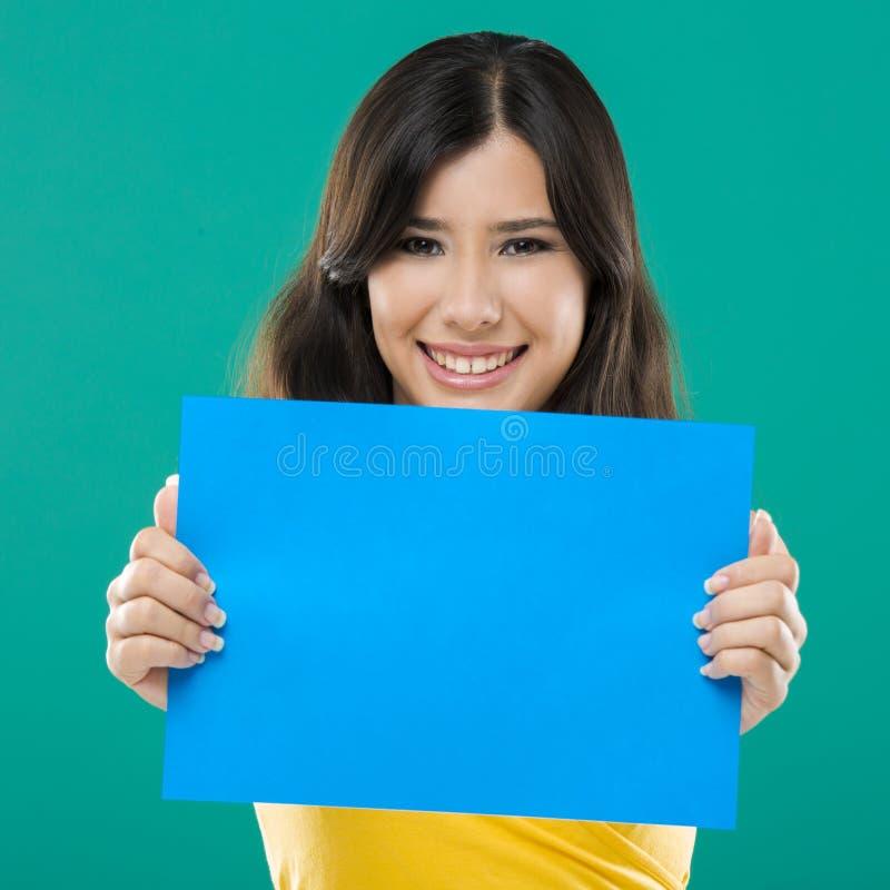 Het houden van een blauw document royalty-vrije stock afbeeldingen