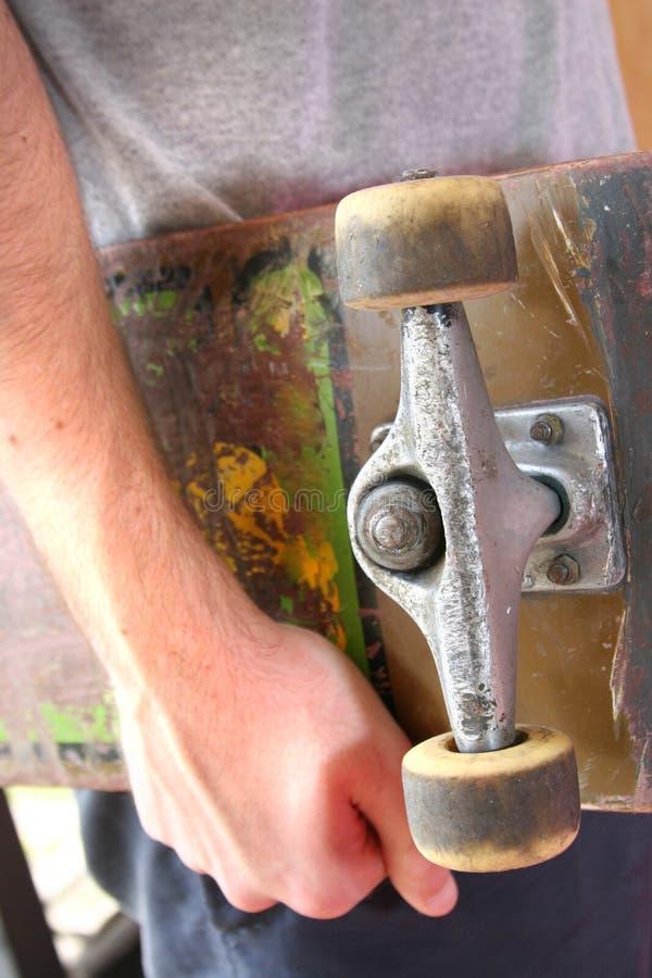 Het houden van een skateboard stock foto's
