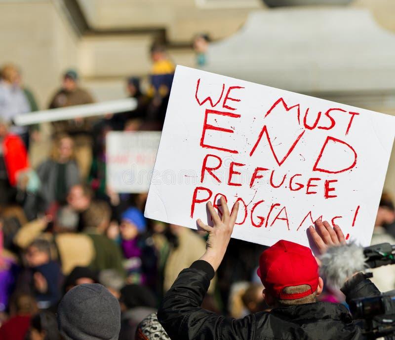 Het houden van een teken om vluchtelingen tegen te houden royalty-vrije stock fotografie