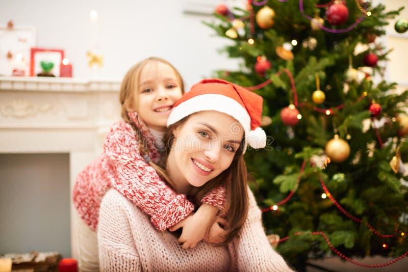 Het houden van Familie het Vieren Kerstmis royalty-vrije stock foto's
