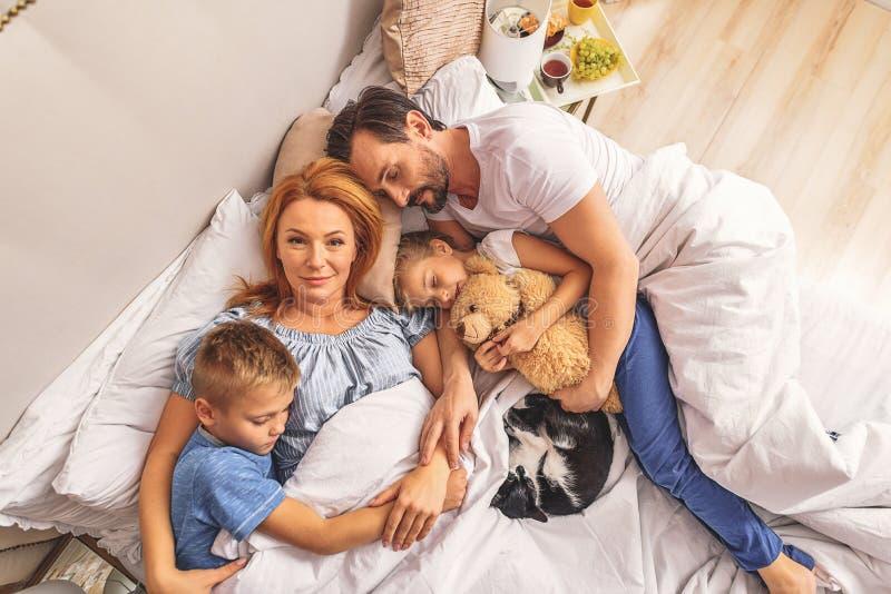 Het houden van familieslaap samen stock foto