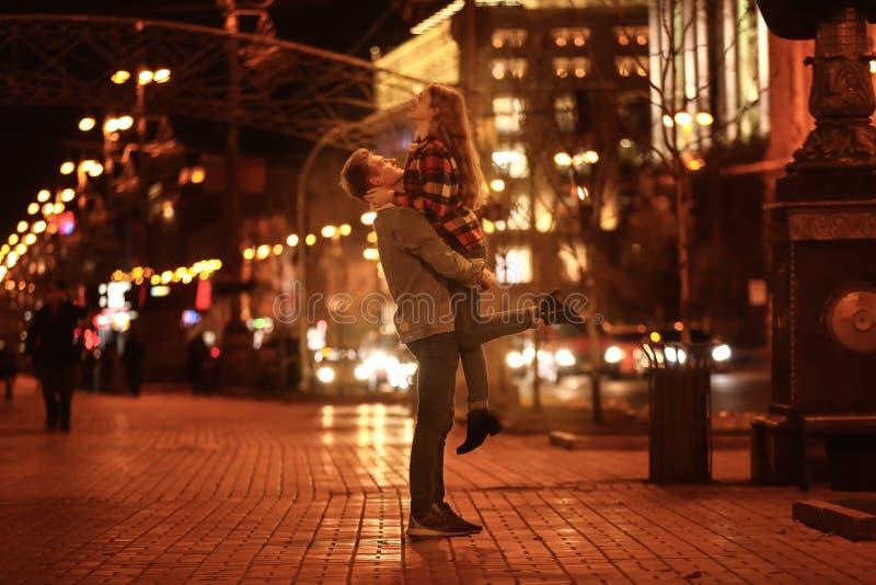 Het houden van van jong paar op romantische datum in avond stock afbeeldingen