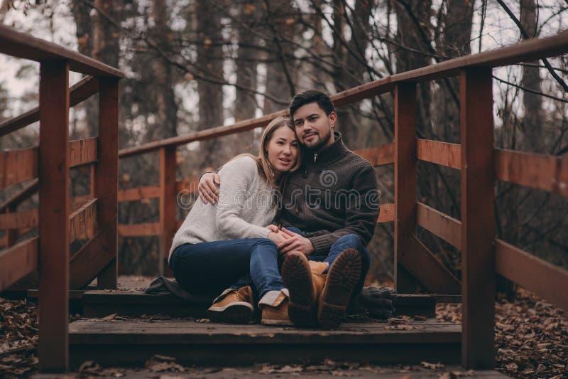 Het houden van jonge paar gelukkige samen openlucht op comfortabele warme gang royalty-vrije stock foto