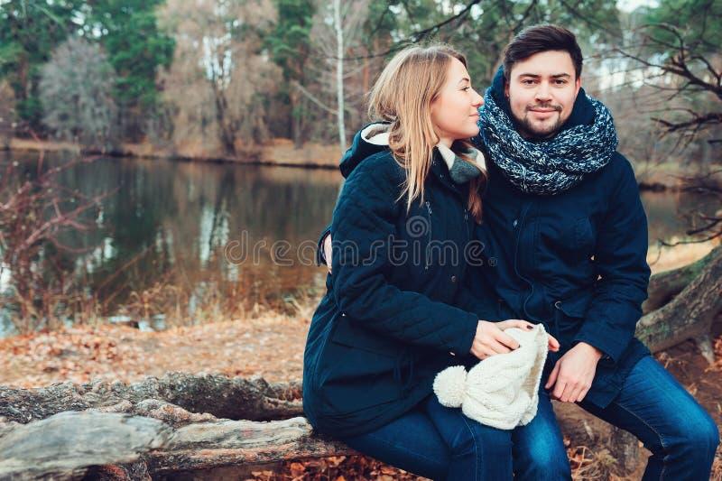 Het houden van jonge paar gelukkige samen openlucht op comfortabele warme gang in bos stock foto's