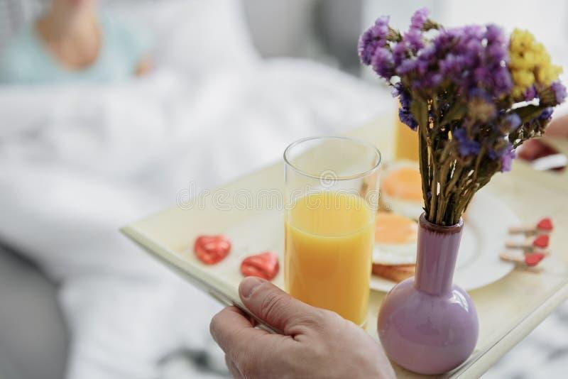 Het houden van mensen van brengend voedsel aan vrouw in ochtend royalty-vrije stock foto's