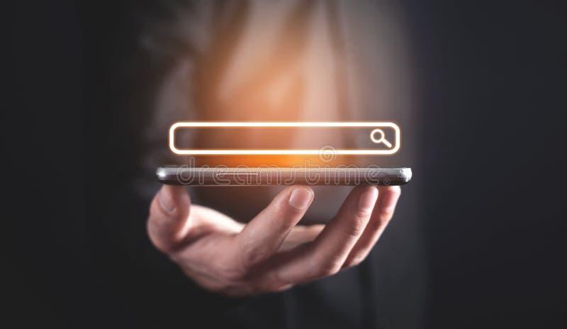 Het houden van mobiele telefoon Internet-onderzoek royalty-vrije stock foto