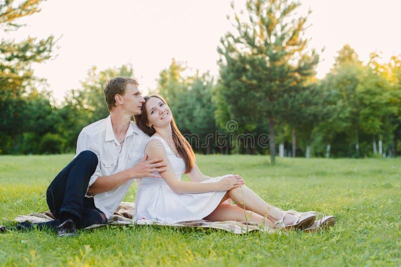 Het houden van paar het besteden tijd in privé op een gebied stock foto