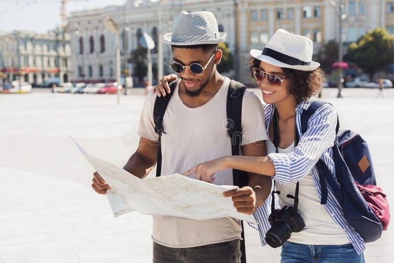 Het houden van paar de van route van de planningsgang met kaart stock fotografie