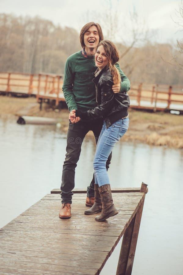 Het houden van paar gelukkige samen openlucht op regenachtige gang aan de kant van het land, stock foto's