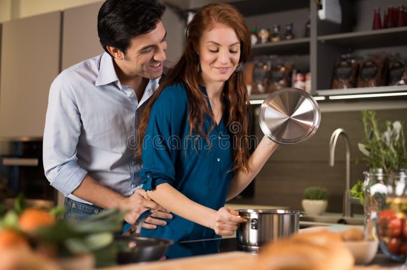 Het houden van paar het koken stock fotografie