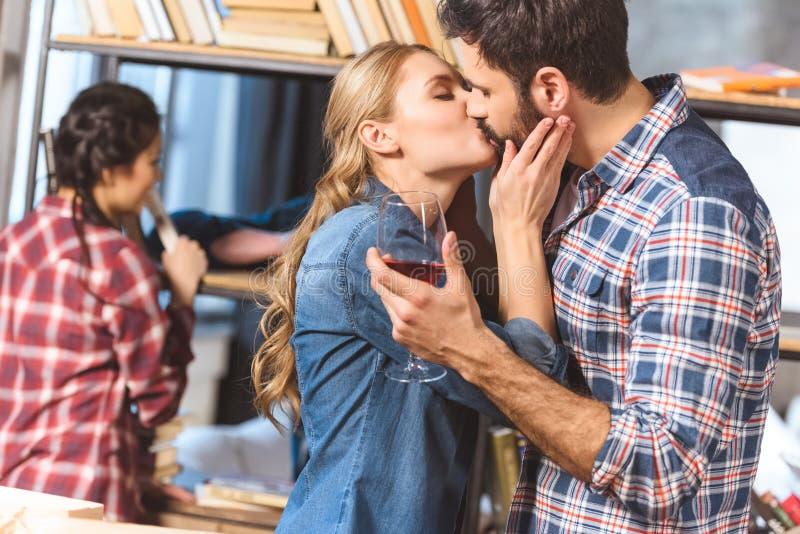Het houden van paar het kussen stock foto's