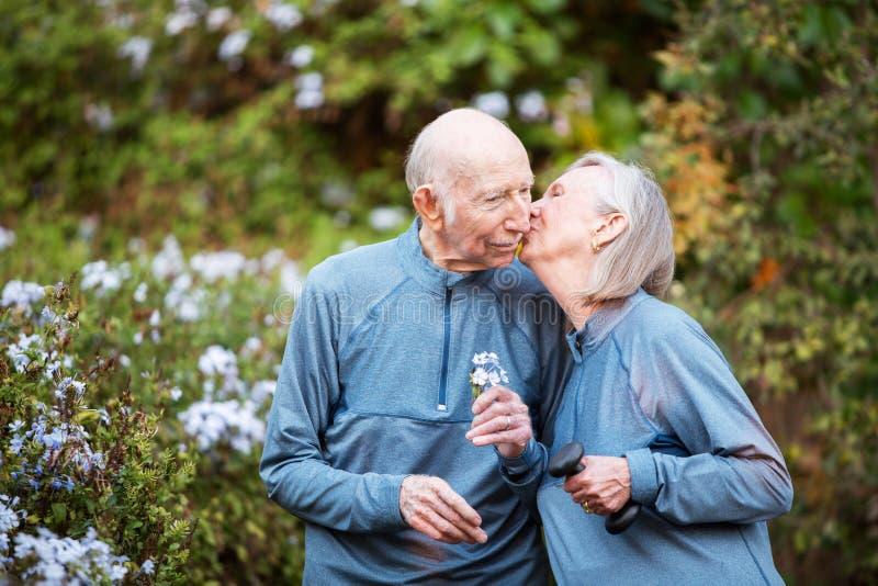 Het houden van paar het kussen in tuin stock fotografie