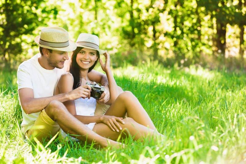 Het houden van paar het ontspannen in aard royalty-vrije stock foto