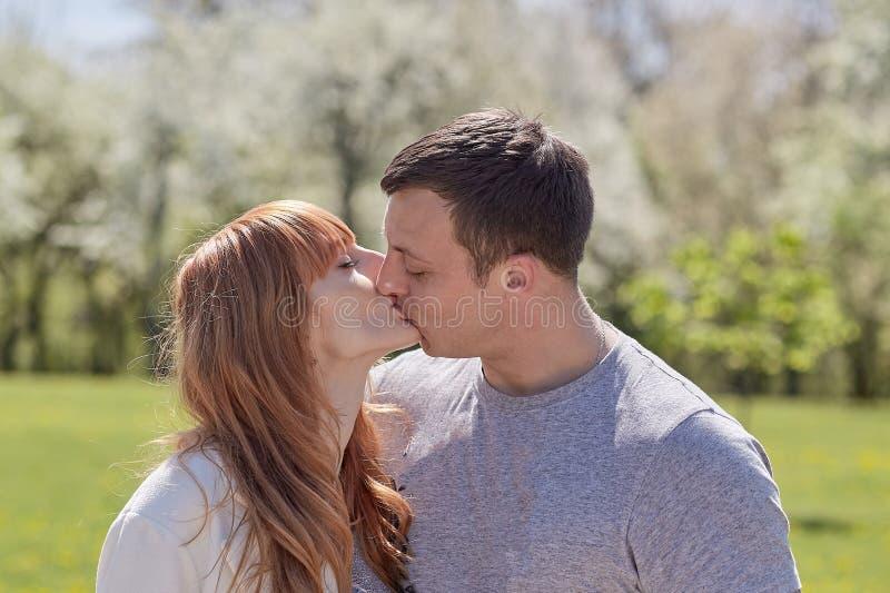 Het houden van paar het kussen in het stadspark royalty-vrije stock afbeelding