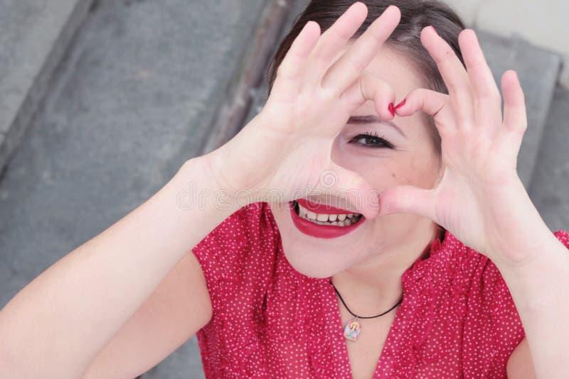 Het houden van portret van een glimlachend meisje met rode lipstic stock fotografie