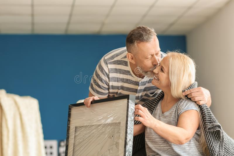 Het houden van van rijp paar na zich het bewegen aan nieuw huis royalty-vrije stock foto