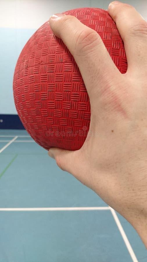 Het houden van rode zijsprongbal in sportshall royalty-vrije stock foto