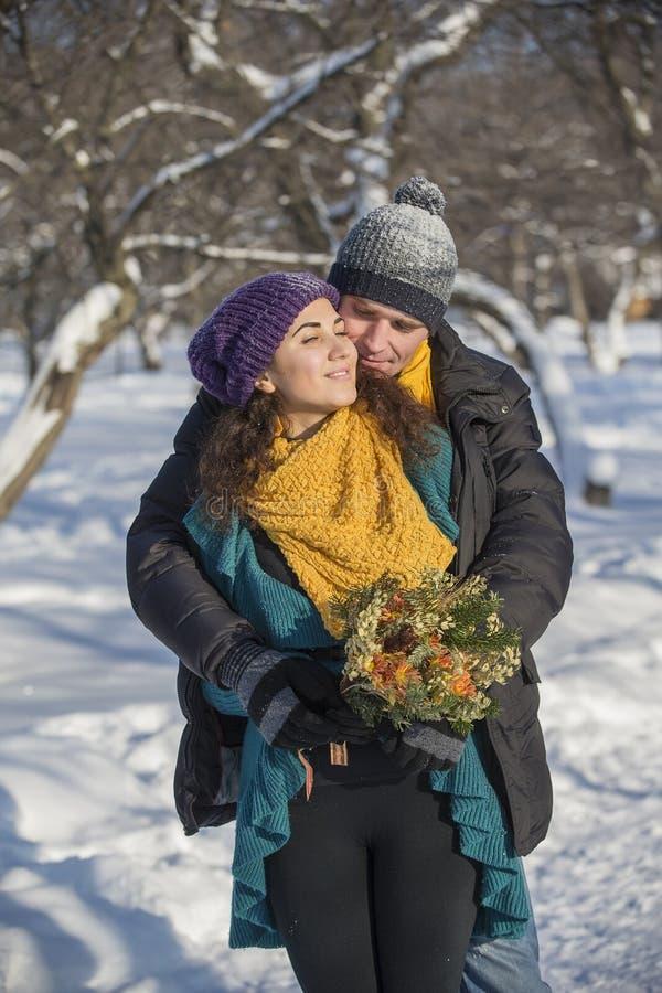 Het houden van van elegant jong paar in de winterkleding royalty-vrije stock afbeeldingen