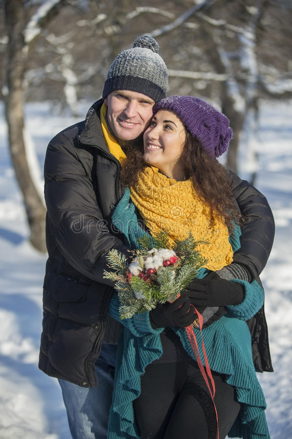 Het houden van van elegant jong paar in de winterkleding royalty-vrije stock foto