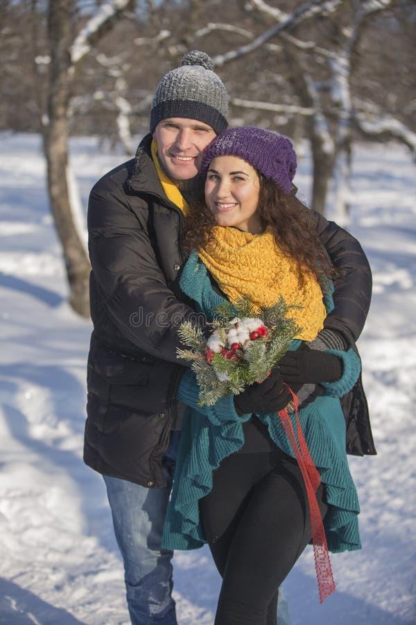 Het houden van van elegant jong paar in de winterkleding royalty-vrije stock afbeelding
