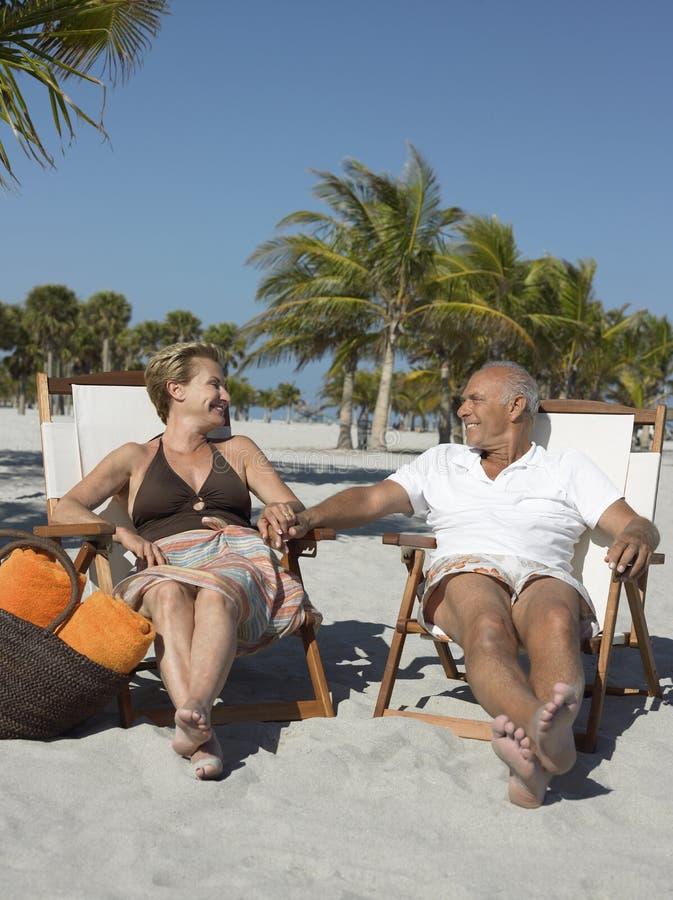 Het houden van van Hoger Paar op Strandvakantie stock foto's
