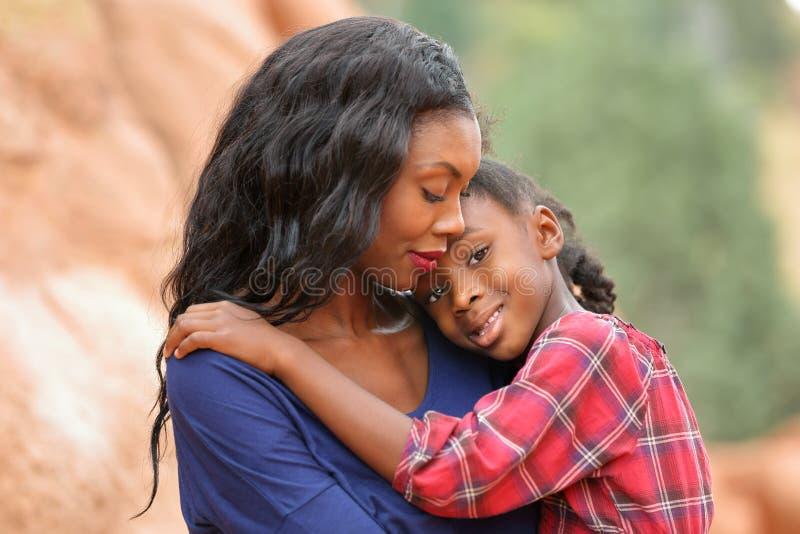 Het houden van van moeder en kind stock fotografie