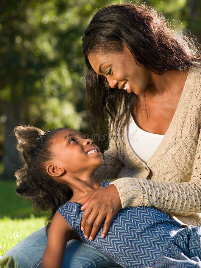 Het houden van van moeder en kind stock foto's