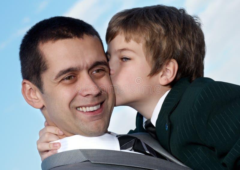 Het houden van van ogenblik tussen vader en zoon royalty-vrije stock fotografie