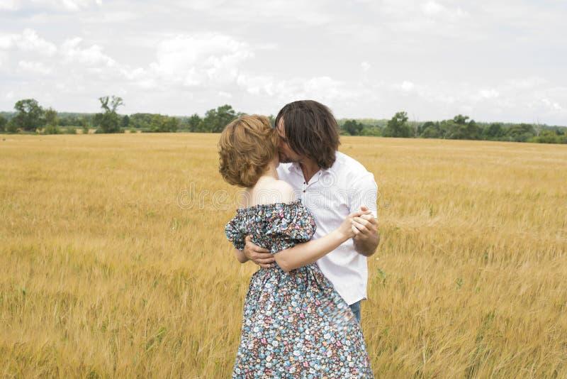 Het houden van van paar die op middelbare leeftijd zich op gebied in de zomer bevinden stock afbeeldingen