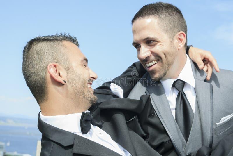 Het houden van van vrolijk mannelijk paar op hun huwelijksdag royalty-vrije stock afbeeldingen