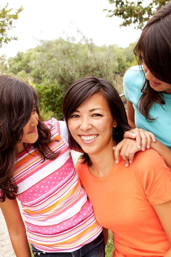 Het houdende van Aziatische moeder en dochter glimlachen royalty-vrije stock afbeelding