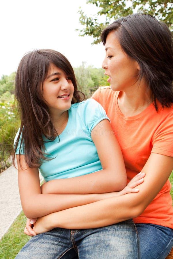 Het houdende van Aziatische moeder en dochter glimlachen stock fotografie