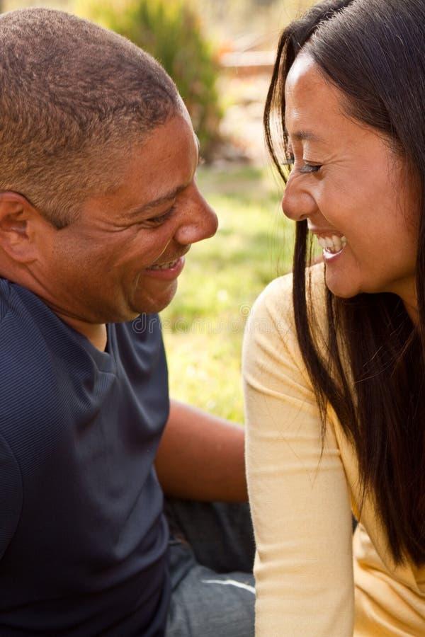 Het houdende van glimlachende man en vrouwen koesteren stock fotografie