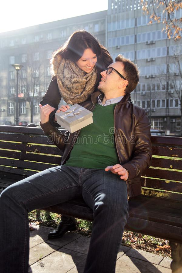 Het houdende van meisje heeft een Valentine Day-gift voor vriend royalty-vrije stock fotografie