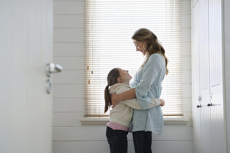 Het houdende van Moeder en Dochter Omhelzen stock fotografie