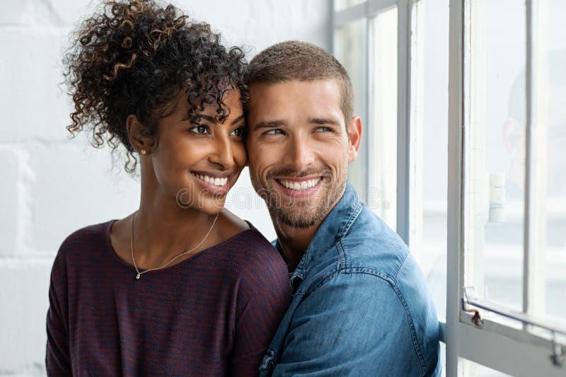 Het houdende van multi-etnische paar denken stock fotografie